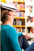 Schüler - junge Frau in Bibliothek mit Buch lernen, sie schläft