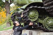 Homem parar o tanque