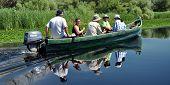 Turistas em um barco para visitar o delta do Danúbio