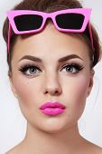 Portrait of young beautiful Woman mit rosa Lippenstift und stilvolle Vintage Sonnenbrillen