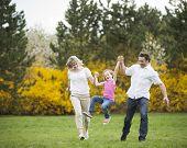 Junges Paar swingenden Tochter dazwischen