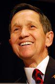 MCLEAN, VA - 30 de novembro de 2007: Representante Dennis Kucinich (D-Ohio) falando na nação democrática