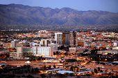 Horizonte de Tucson, Arizona, después del atardecer, desde el Parque de picos de centinela