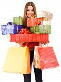 Bela mulher segurando muitas caixas de presente e sacos