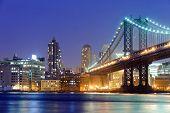 Manhattan bridge in New York nachts