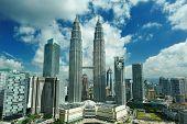 KUALA LUMPUR, Malásia - 24 de agosto: Petronas Twin Towers no dia 24 de agosto de 2012 em Kuala Lumpur.