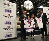 NOVA YORK-25 de outubro: Adam Graves, Danica Patrick e Larry Johnson assistem a inauguração do novo Tissot Swiss
