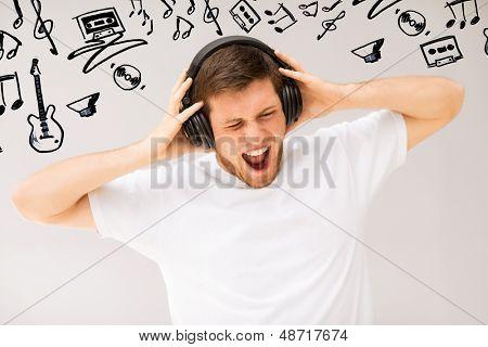 Постер, плакат: музыка и техника молодой человек с наушники слушать громкую музыку, холст на подрамнике