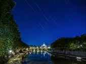 Estrellas senderos del río Tíber en Roma, Italia.