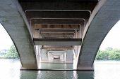 Bajo el puente de Lamar en Austin, Texas