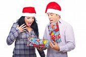 Überrascht paar Weihnachtsgeschenk