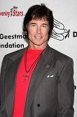 LOS ANGELES - 9 de outubro: Ronn Moss chega em benefício para o Ge Desi