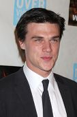 LOS ANGELES - 29 de OCT: Finn Wittrock llega a la paz sobre la violencia evento en Beverly Hills Hotel