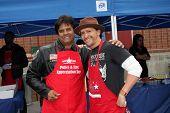 LOS ANGELES - 18 de novembro: Erik Estrada, Clifton Collins Jr chega em 2010 Hollywood Fire Dept & P