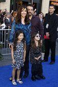 LOS ANGELES - 23 de JAN: Maria Canals Barrera y familia llegan en el estreno de