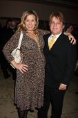 LOS ANGELES - 20 de FEB: Jack Allocco & esposa llega a los católicos de 2011 en los medios de comunicación asociados Premio B