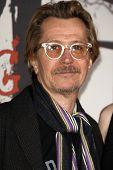 LOS ANGELES - 7 de MAR: Gary Oldman llega en el estreno de