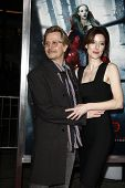 LOS ANGELES - 7 de MAR: Gary Oldman y esposa Alexandra Edenborough llegan a la