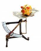 Escalas con billetes de dólar y Piggybank