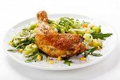 Pierna de pollo asado y verduras