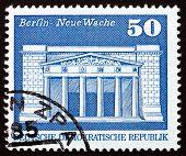 Постер, плакат: Почтовая марка ГДР 1973 новых гауптвахта военный мемориал Берлин