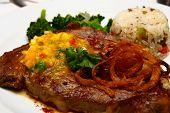 Ribeye bife com arroz e cebola grelhada