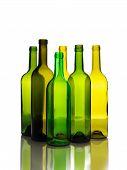 Muitas garrafas de vinho verdes vazias isoladas no fundo branco