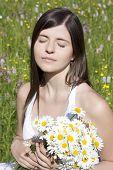 Retrato de uma linda menina adolescente segurando flores