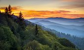Great Smoky Mountains National Park Sunrise escénico paisaje en Oconaluftee