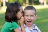 Niños contando secretos