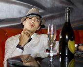 Man drinken Champagne
