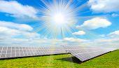 Paneles de energía solar contra el cielo soleado.