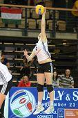 SZOMBATHELY, Hungría - 3 de junio: Zsuzsanna Talas en acción en voleibol de una mujer de la Liga Europea de la CEV