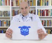 Psicoterapeuta segurando o teste de Rorschach