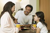 Família desfrutar de pequeno-almoço juntos