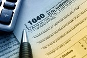 Estados Unidos tax form 1040 con pluma y calculadora.