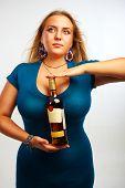 Mujer sexy con botella de Ron