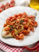 Постер, плакат: единственным рыба с томатный анчоусов и горячий перец выборочный фокус
