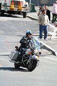 Постер, плакат: Полицейский мотоцикл езда A