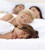 Dormir en la cama de los padres de familia