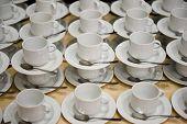 Brancas xícaras com Pires