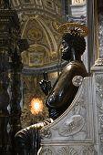 Saint Peter Enthroned estatua en la Basílica de San Pedro, Roma, Italia.
