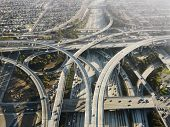 Vista aérea de intercambio complejo autopista en Los Angeles California.