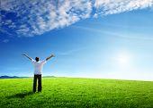 jovem feliz em campo verde