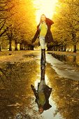 Frau am Herbst Wandern