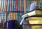 Um par de óculos em uma pilha de livros