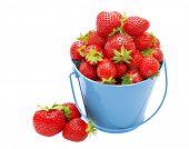 Fresas en un cubo sobre un fondo blanco.