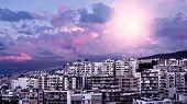 Foto de hermoso atardecer púrpura sobre la ciudad, tranquilo paisaje, arquitectura en Líbano, b Árabe