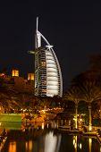 Vista do Hotel Burj Al Arab de Souk Madinat Jumeirah