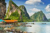 Solución de Koh Panyee construida sobre pilotes de la bahía de Phang Nga, Tailandia